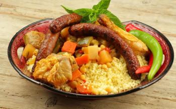 Couscous, poulet, agneau, merguez, carottes, courgettes, navets, pois chiches, poivrons, semoule (mini 10 pers)